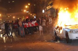 Montréal Hockey Rioters burning police car. Photo AP